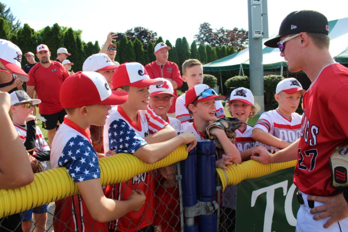 Muckdogs fall 10-3, remain in first place by half game